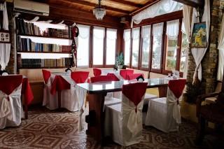 Breakfast salon voreades dining area