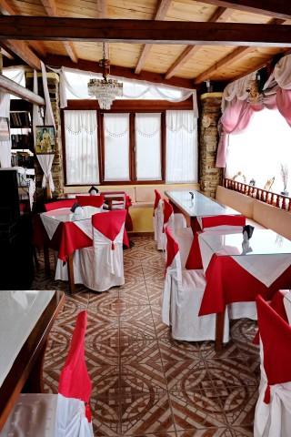 Breakfast salon voreades tables