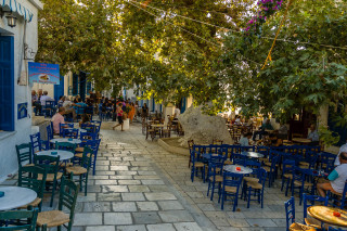 location voreades tinos square